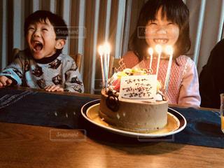 女の子のバースデイパーティとケーキの写真・画像素材[1158732]