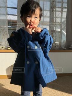 自分なりの可愛いポーズをとる少年の写真・画像素材[1158761]