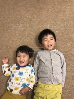 小さな子供の背比べの写真・画像素材[1158777]