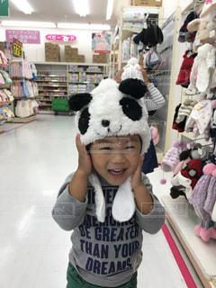 ショッピングセンターで帽子選びをする少年の写真・画像素材[1158808]