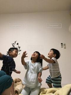 子どもたちの布団パーティの写真・画像素材[1158820]