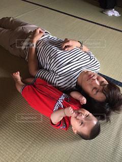 畳の上で横になっている人の写真・画像素材[1159064]