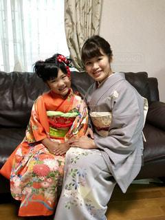 少年とソファに座っている女の子の写真・画像素材[1178778]