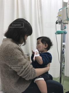 救急外来で点滴をする幼児と母親の写真・画像素材[1178787]