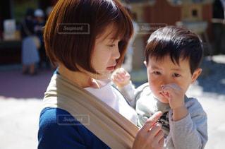 抱っこする母親と子どもの写真・画像素材[1184628]