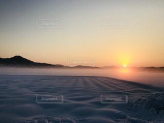 極寒の朝と朝日の写真・画像素材[1749825]