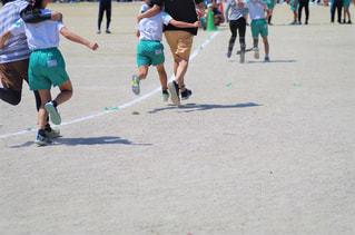 運動会 親子で二人三脚の写真・画像素材[2159800]