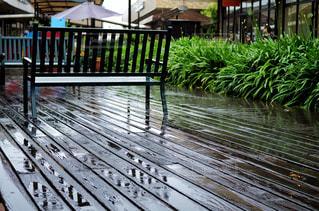 雨に濡れたデッキの写真・画像素材[2241290]