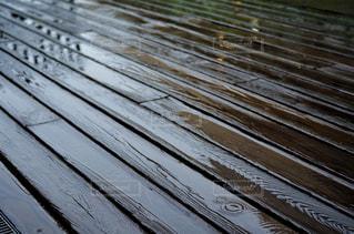 雨に濡れたデッキの写真・画像素材[2241308]