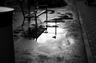 水たまりとベンチ 白黒の写真・画像素材[2241316]