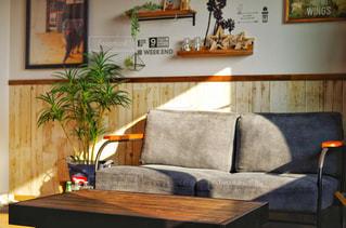 テーブルの上に家具と花瓶で満たされたリビングルームの写真・画像素材[2797639]