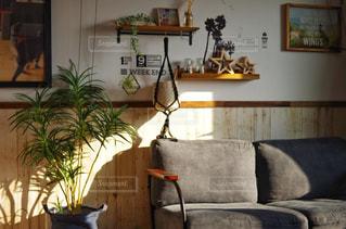 テーブルの上に家具と花瓶で満たされたリビングルームの写真・画像素材[2797641]