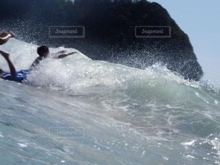 波に飛び込む男の子の写真・画像素材[56591]