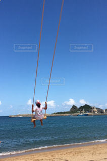 砂浜の上に立っている人の写真・画像素材[1019803]