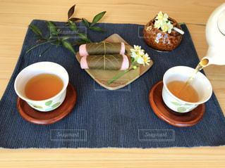 食品とコーヒーのカップのプレートの写真・画像素材[1048007]