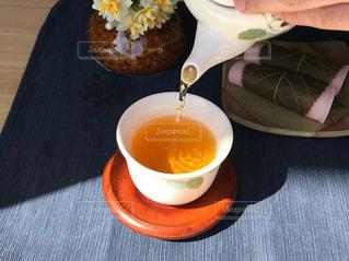 テーブルの上のコーヒー カップの写真・画像素材[1051405]