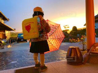 子ども,雨,傘,屋外,朝日,女の子,小学生,雨天,いってきます
