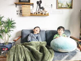 ソファの上に座っている人の像の写真・画像素材[1247302]