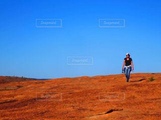 丘の上に立っている人 - No.1009581