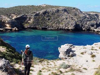 岩のビーチに立っている人 - No.1016879