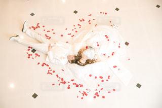 ベッドで眠っている人々 のグループの写真・画像素材[1112232]