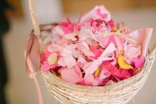 ピンクの花でいっぱいのバスケットの写真・画像素材[1112393]
