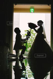 男と女のウィンドウの前に立っての写真・画像素材[1229723]