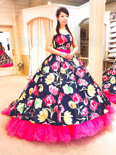 ピンクのドレスの女性の写真・画像素材[1229775]