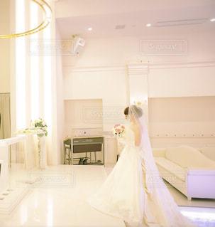 大きな鏡付きのベッドルームの写真・画像素材[1229805]