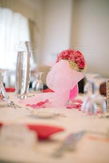 テーブルの上に座っているケーキの写真・画像素材[1230471]