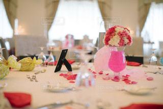テーブルの上に座っているケーキの写真・画像素材[1230824]