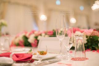 ワイングラスを持つダイニング テーブルの写真・画像素材[1230949]