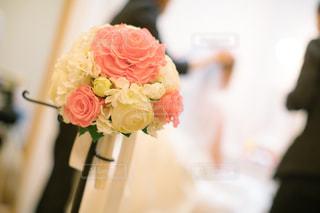 テーブルの上に花瓶の花の花束の写真・画像素材[1231626]