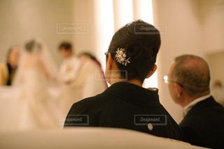 男性と女性が鏡の前に立っての写真・画像素材[1231956]