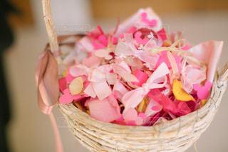 ピンクの花でいっぱいのバスケットの写真・画像素材[1232165]