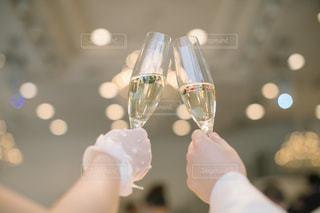 ワインのグラスを持っている手の写真・画像素材[1232882]