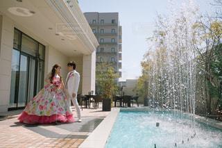 建物の前に立っている女の子の写真・画像素材[1232950]