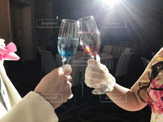 ワインのグラスを持っている人の写真・画像素材[1236655]