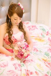 ベッドの上で座っている女の子の写真・画像素材[1367979]