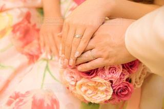 女性,花,LOVE,屋内,ピンク,手,指輪,結婚式,結婚指輪,人物,人,ウェディングドレス,ブーケ,前撮り,ピンク色,pink,ウェディング,ウェディングブーケ