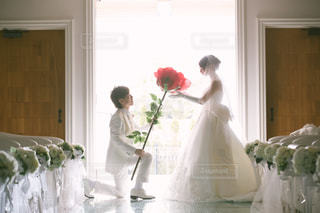 テーブルの上の花の花瓶の写真・画像素材[1598936]
