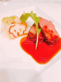 皿の上の食べ物のかけらの写真・画像素材[1641952]