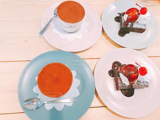テーブルの上に食べ物のプレートの写真・画像素材[1642011]