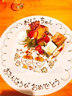 テーブルの上に食べ物のプレートの写真・画像素材[1642017]