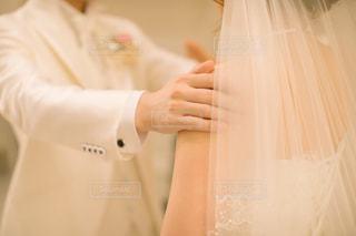 女性,屋内,白,後ろ姿,手,結婚式,ドレス,人物,人,ウェディングドレス,wedding,ホワイト