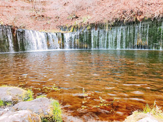 水の体の上の大きな滝の写真・画像素材[1685284]