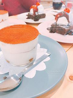 テーブルの上に食べ物のプレートの写真・画像素材[1685327]