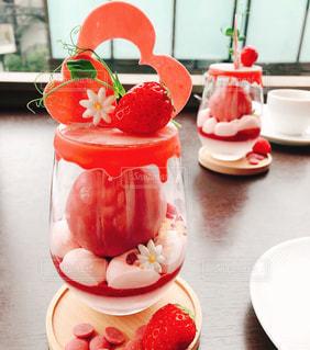 テーブルの上の食べ物の皿の写真・画像素材[2269826]