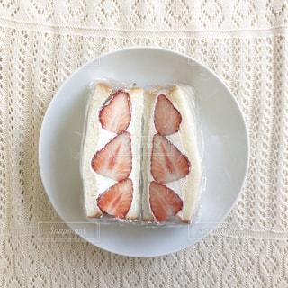 皿の上に食べ物のボウルの写真・画像素材[3165227]