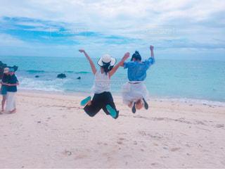 沖縄の綺麗な海でじゃんぷの写真・画像素材[1008007]